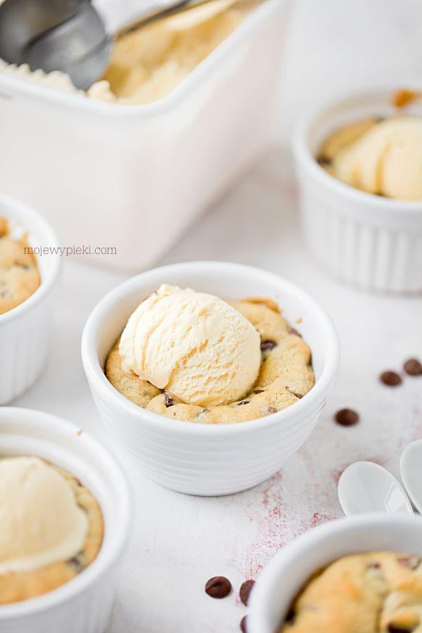 Ciastka z kawałkami czekolady w foremkach