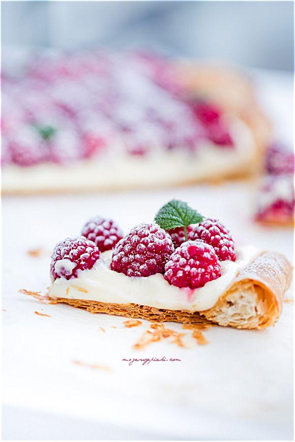Ciasto francuskie z kremem cytrynowym i malinami