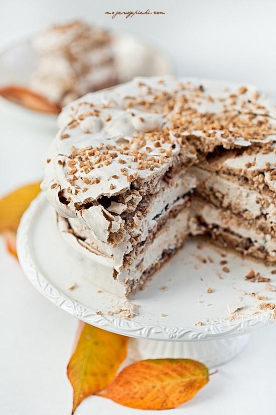 Cynamonowy tort bezowy z powidłami i orzechami