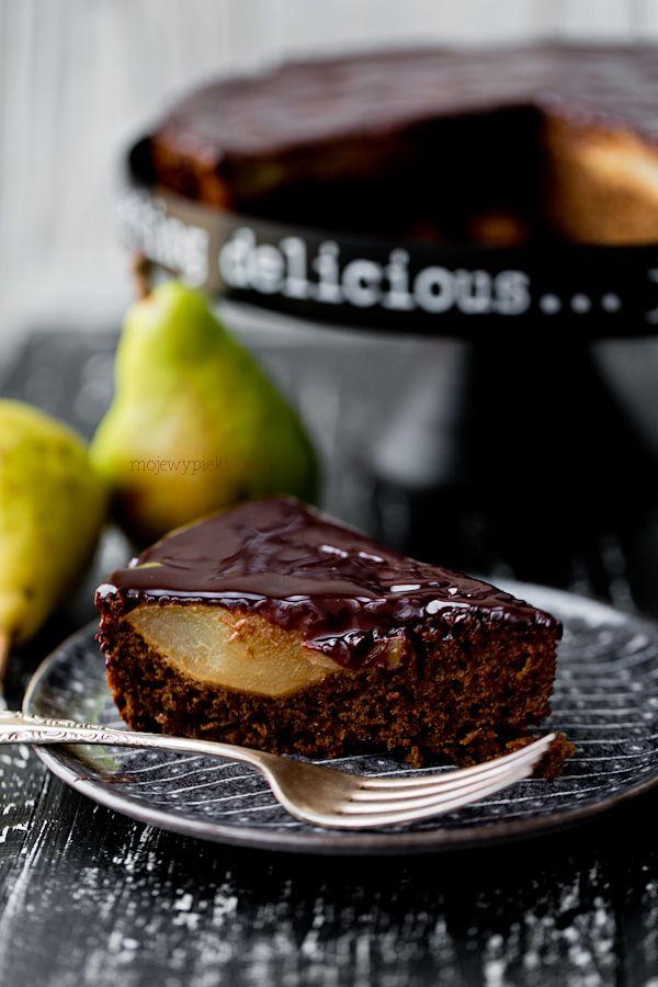 Korzenne ciasto z gruszkami i polewą czekoladową