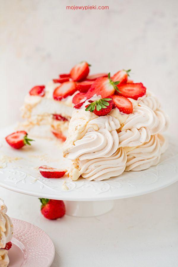 Tort bezowy z budyniem i truskawkami